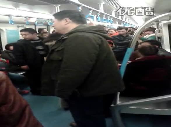 成都地铁1号线乘客打架 言语冲突