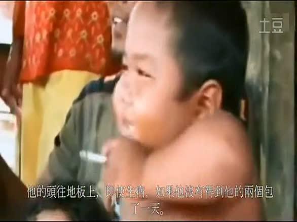 印尼4岁小胖 抽烟太专业了