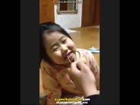 暴力老爸这样给女儿拔牙!