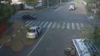 实拍单车幸运哥躲过路口致命车祸