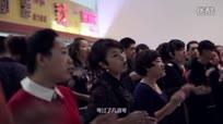 百人火车站候车大厅唱红歌迎国庆!震撼现场嗨翻天!
