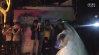 大学女生穿婚纱在男生寝室楼下求婚,被男友抱回寝室