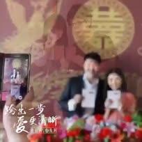 """【""""520""""结婚秀甜蜜】2014520,原本平凡的一天因为谐音""""爱你一世我爱你""""而华丽变身为一个浪漫的时刻。9点半不到,在北京朝阳区民政局婚姻登记处外,等待注册结婚的新人就已经排了长长的队伍,准备迎接即将到来的甜蜜时刻。你呢?找到真爱了没?"""