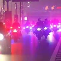 """【""""中华第一骑""""取消十年后首次亮相】前进,如滚滚铁流;编队,似长空雁阵;挺立,俨然威武雕像。这是自2004年取消摩托车护卫之后,十年来人们第一次欣赏到壮观的摩托车护卫场景。特别帅气有没有?色"""