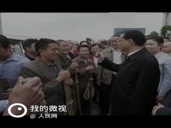 """【李克强:中国发展需要负重前行的""""棒棒精神""""】4月27日,李克强总理在重庆万州港乘船考察长江黄金水道。在万州港码头,李克强称赞""""棒棒""""们是中国人民勤劳的象征。他说,中国发展有潜力,有韧性,最重要的是人民勤劳。推动中国发展需要负重前行、爬坡越坎、敢于担当、不负重托的""""棒棒精神""""。"""