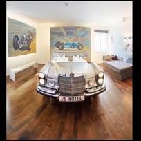 V8汽车主题酒店是德国四星级的现代化酒店,坐落在斯图加特(Stuttgart)的汽车博物馆中。酒店里设有各种套房及客房,每间房都被设计成不同的主题。这样的酒店你喜欢嘛?