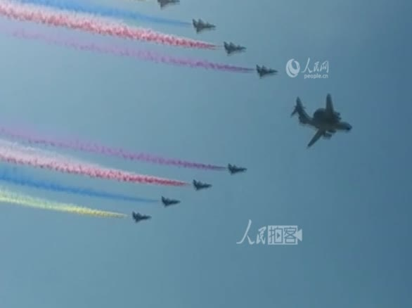 现场实拍飞机梯队翱翔天空