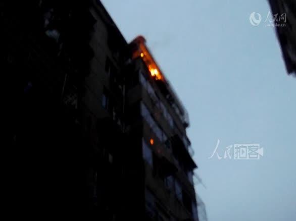 居民楼六楼起火 消防员水枪喷射十几米灭火