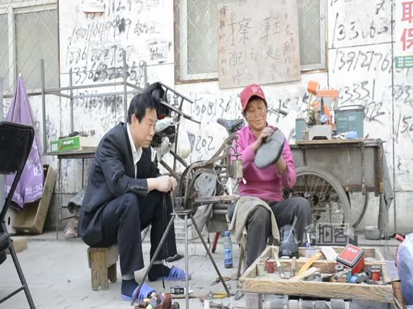 街道拐角处的修鞋工 坚守20个春秋