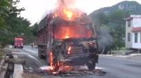 满载42吨氧化铝粉货车自燃 车头面目全非