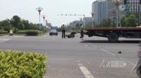 江苏女司机路口撞飞闯红灯电动车