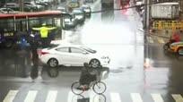 实拍女孩暴雨中为交警打伞