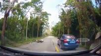 汽车避让前面前方汽车 两摩托车撞个满怀