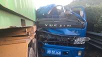 追尾事故后货物倾斜 百米润滑油中阻断高速通行