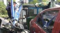 实拍超车失控拖拉机撞轿车翻车