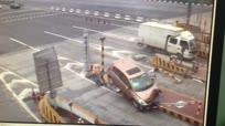 司机开车犯困撞上高速收费护桩  竟安然无恙
