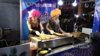 江苏两男子烤肉为吸人气穿豹纹装狂舞