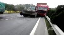 实拍货车与推土机撞车事故现场