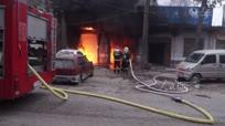 汽修店突发大火 内部停放的轿车烧成空壳