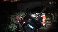 醉酒驾车坠入干枯河底 消防破拆救援