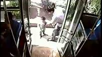 两岁萌娃偷溜出门  独自乘公交兜风