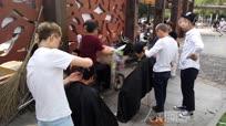 3名发型师坚持5年为老人免费理发