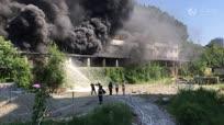 实拍四川一香蜡厂房发生大火 现场腾起巨大蘑菇云