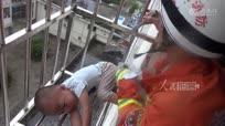 熊孩子被卡六楼防盗窗 现场救援惊心动魄