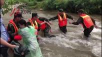 河水暴涨多人被困 兵民手拉手用身体筑人墙救援