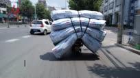 江苏一男子骑电动车超载堆积如山