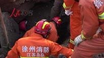 工人施工路面突然坍塌被埋大型石块下