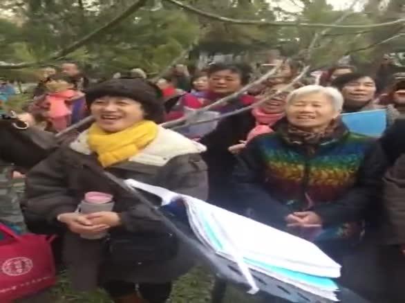 街拍群众演唱敬祝毛主席万寿无疆