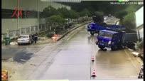 4辆货车行驶集体侧滑 交警称如同拍电影大片