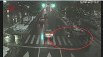 路怒症!老人闯红灯 男子险撞上停车就动手