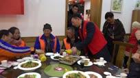 江苏响水:七十名环卫工人喜吃团圆年夜饭