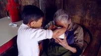 身残志坚 坚强农妇独自照顾百岁母亲