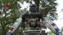 老旧厂房有创意 废弃零件做成巨型机器人
