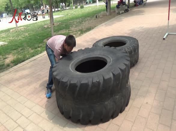 男子挑战翻动400斤轮胎