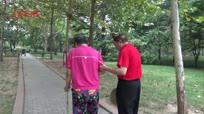 丈夫陪脑梗妻子学走路 愿望一起去北京旅游