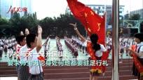 信仰的力量!国歌响起 小学生校门口立定敬礼