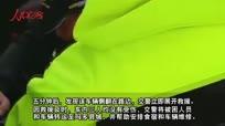 青海玛多:小轿车冰雪路面侧翻 巡逻交警及时救援