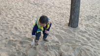 3岁半萌娃捡垃圾,父亲:1岁多就培养