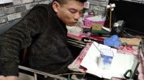 脑瘫小伙用嘴折纸获吉尼斯世界纪录 网上兼职减轻父母负担
