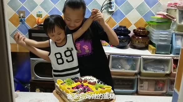 """辣妈为女儿做水果蛋糕过生日,被""""粉丝""""们称为""""美食达人"""""""