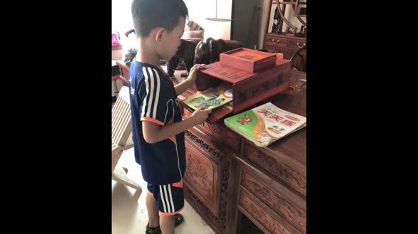 孙子期末考班级第一,爷爷花4天做红花梨木书包当奖品