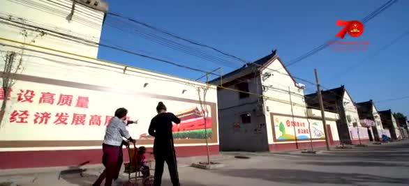河南济源五龙口镇干部群众唱响《我和我的祖国》