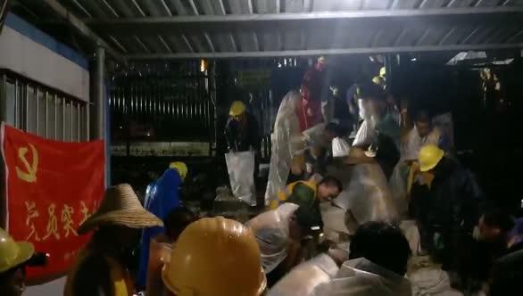 广西柳州:铁路桥墩土体溜坍!数百人连夜出动!
