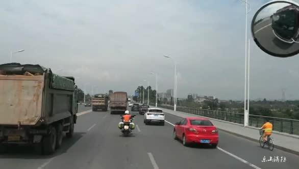 消防车出警遇摩托车骑手开道 私家车让行