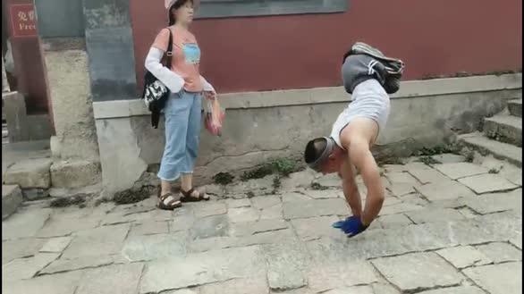 励志!残疾小伙倒立爬10小时登顶泰山