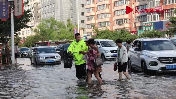 佳木斯市交警雨中执勤 这些暖心场景让人感动